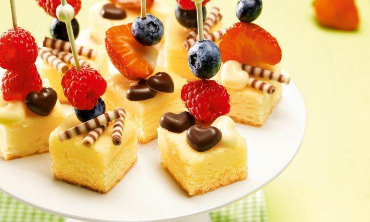 Käsekuchen-Happen Rezept: Kleine Stücke vom Käsekuchen mit fruchtigem Obst niedlich verziert - Eins von 7.000 leckeren, gelingsicheren Rezepten von Dr. Oetker!