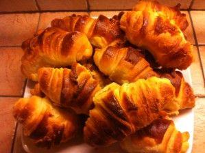 En me promenant sur le net et plus particulièrement sur le blog de Christhummm, j'ai découvert un façonnage de croissants qui m'a tout de suite fait de l'oeil et que j'ai voulu tester. En fait, j'ai fait 2 essais, le 1er avec, comme l'indiquait la recette...