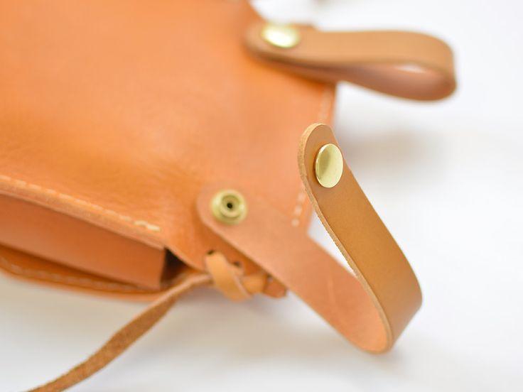 ソフトレザー仕様のベルトポーチ。フタの縫い付けや留め具が凝っていたり、クラフト感たっぷりです。二つ折り財布やスマートフォンを入れてお出かけに。