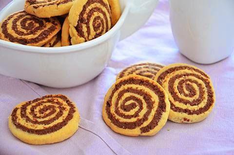 I biscotti girandola sono gustosi e divertenti biscotti da colazione. La loro consistenza croccante rende questi biscotti perfetti per essere inzuppati nel latte o sgranocchiati in qualunque momento della giornata ingredienti per 20 biscotti  280 gr. di farina 00 30 gr. di cacao 1 di uovo 120 gr. di burro 120 gr. di zucchero 7 gr. di lievito per dolci