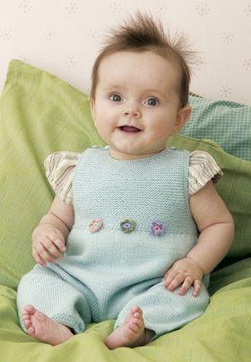 Med en lun, strikket buksedragt skiller baby ikke på maven