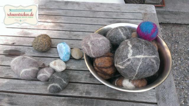 Gefilzte Steine! Das geht ganz leicht und ist ein tolles DIY Projekt für Kinder. Ein tolles Gefühl, mit der feuchten Wolle und dem Seifenwasser zu arbeiten. Mein Tipp: Kleine Exemplare sind schneller fertig ;-)