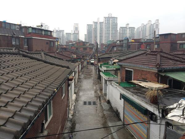 Pieh Hyunjin @bomnoru / 신이문역에서 본 주택가 골목길. 서울에 이런 풍경이 서촌에만 남아있는건 아니다. / 서울 성북 이문 / #골목 #길 #동네 / 2014 01 02 /