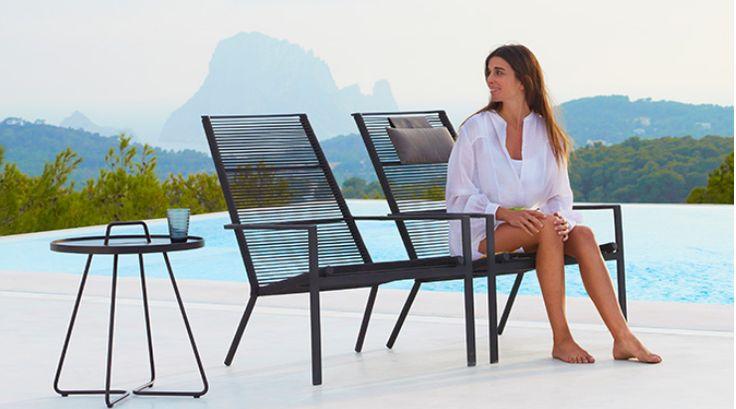 """Store   Cane-Line - Exklusivitet i trädgården STRAND+HVASS står bakom designen av Edge seriens fantastiska trädgårdsmöbler och trädgårdsbord. Med en ny vävstil och nytt uttryck, introduceras i år trädgårdsmöbler med ett helt nytt minimalistiskt utseende till Cane-lines sortiment. Edge möblerna får ett unikt utseende tack vare flätningsmaterialet """"Rope"""", som både är slitstarkt och som torkar snabbt efter en regnskur. Möblerna garanterar dig också hög komfort. Tack vare att seriens möbler är…"""