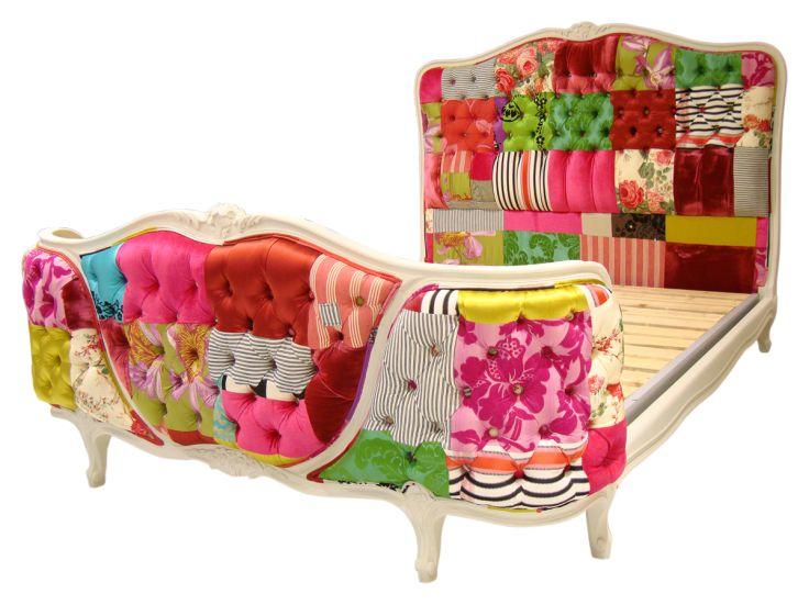 Una estructura de cama muy clásica con un actualizado tapizado capitoné inspirado en el patchwork.