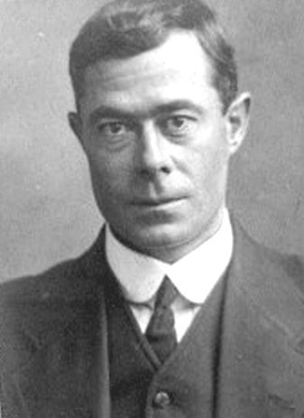 Harold Lowe, (Titanic 5° uff.the only who came back in search for survivors in the water) this photo is dated approximately 7-8 years after the Titanic tragedy