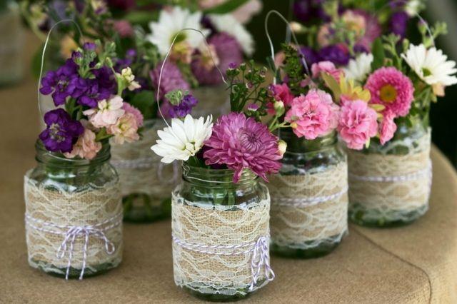 Einweckgläser als Vasen verziert mit Spitze