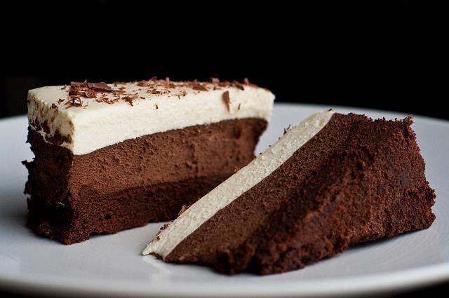 C'est une génoise au chocolat, avec une mousse chocolat noir, mousse chocolat au lait, et une mousse chocolat blanc. Ingrédients : Pour la génoise 4 œufs 120 g de sucre 30 g de farine 25 g de cacao en poudre Pour chaque mousse : 100 g de chocolat (noir,...