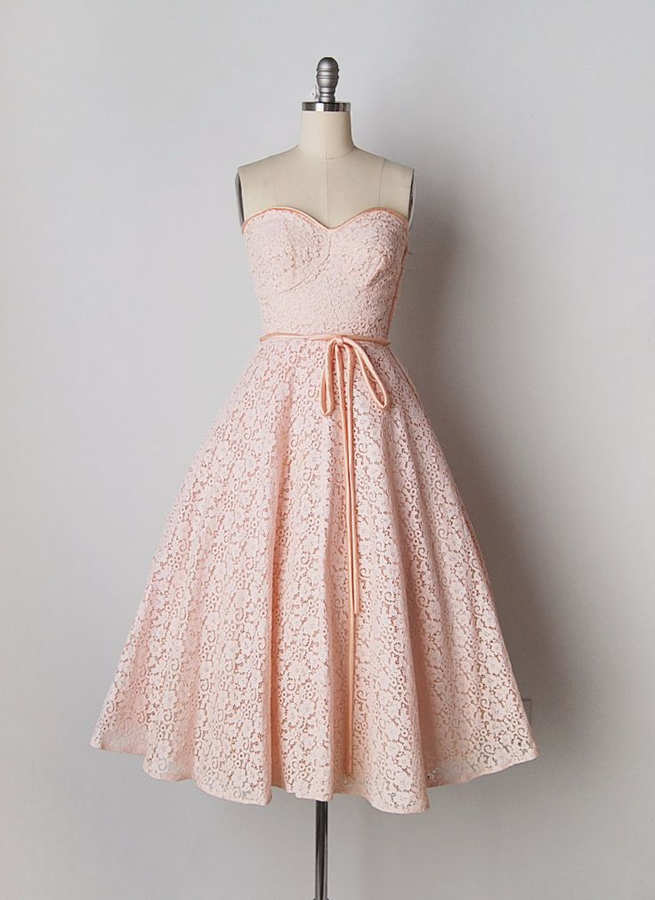 Vintage jaren 1950 strapless roze kanten jurk met bijpassende bolero jasje. Zonder been bovenlijfje met sweetheart hals bijgesneden in roze satijn. Roze satijnen snoer aangesloten riem met metalen rits van kant. Bijgevoegde tulle crinoline in rok voor volheid. Bolero jasje is bekleed en bijgesneden in roze satijn met voorkant haak oog sluitingen.  FORMAATGREPEN Past als: x-small Bust: 30-32 Taille: 25 Heupen: gratis Lengte: 41  VOORWAARDE Minderjarige vergeling op de schouder/mouwen van de…