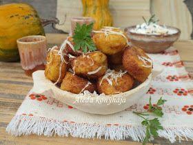 Hozzávalók 4 személyre: 25 dkg főtt sütőtök, 20 dkg sajt, 1 tojás, 3 evőkanál liszt, só, bors, kakukkfű, olaj a sütéshez:   a szószh...