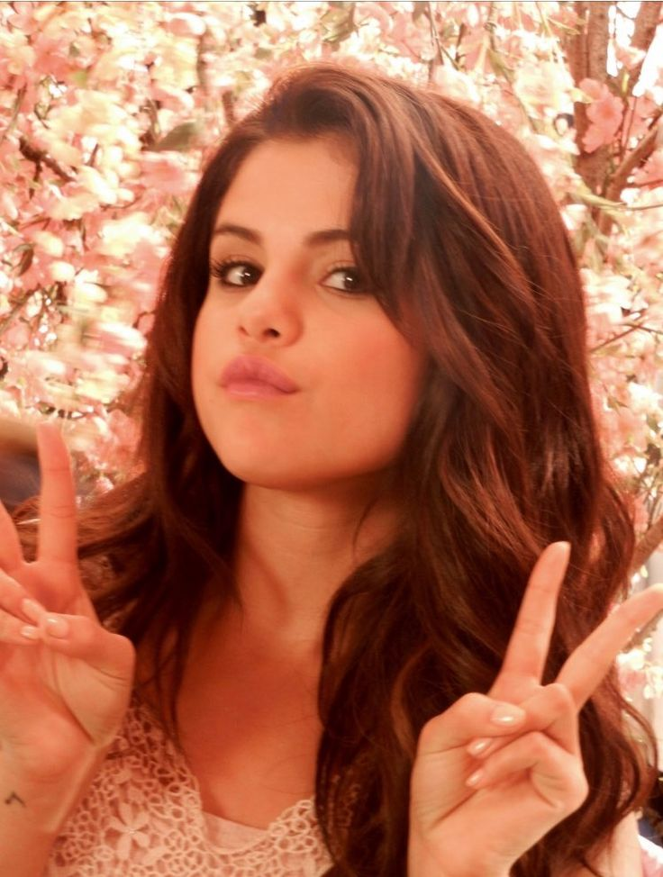 """January 8: New rare picture of Selena on the set of """"Behaving Badly""""."""