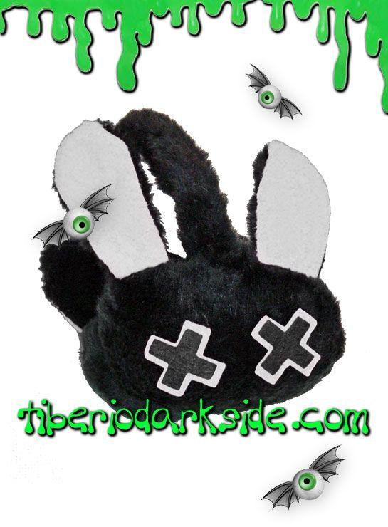 Orejeras de peluche con forma de conejo, con orejas y ojitos en cruz. Son flexibles, se adaptan al tamaño de la cabeza de adultos o niños. Marca: Poizen Industries.  COLOR: NEGRO/BLANCO TALLA: ÚNICA