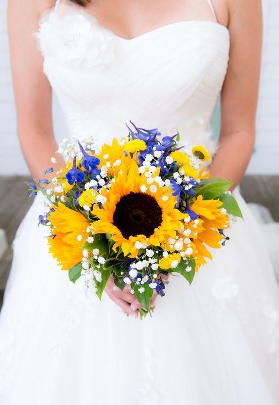 Associez les tournesols à des fleurs bleu cobalt et des fleurs des champs blanches pour un bouquet vibrant d'été.