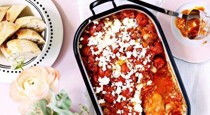 Kyckling i tomat- och olivsky med smulad feta