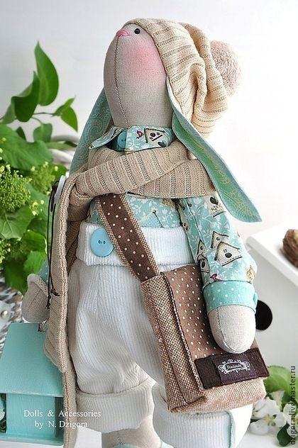 Купить или заказать Кролик Доминик в интернет-магазине на Ярмарке Мастеров. Кролик Доминик - ещё один представитель новой весенней коллекции. Довольно крупный и упитанный кролик, влюблённый в Весну. Рост кролика - 43 см. Сшит из льна, одет в хлопковую рубашку с весёлым принтом, вельветовые штанишки с отворотами, трикотажные шарфик и шапку с помпоном. Обут в башмачки из войлока. Модная твидовая сумка через плечо и деревянный скворечник для птиц (окрашенный акрилом,…