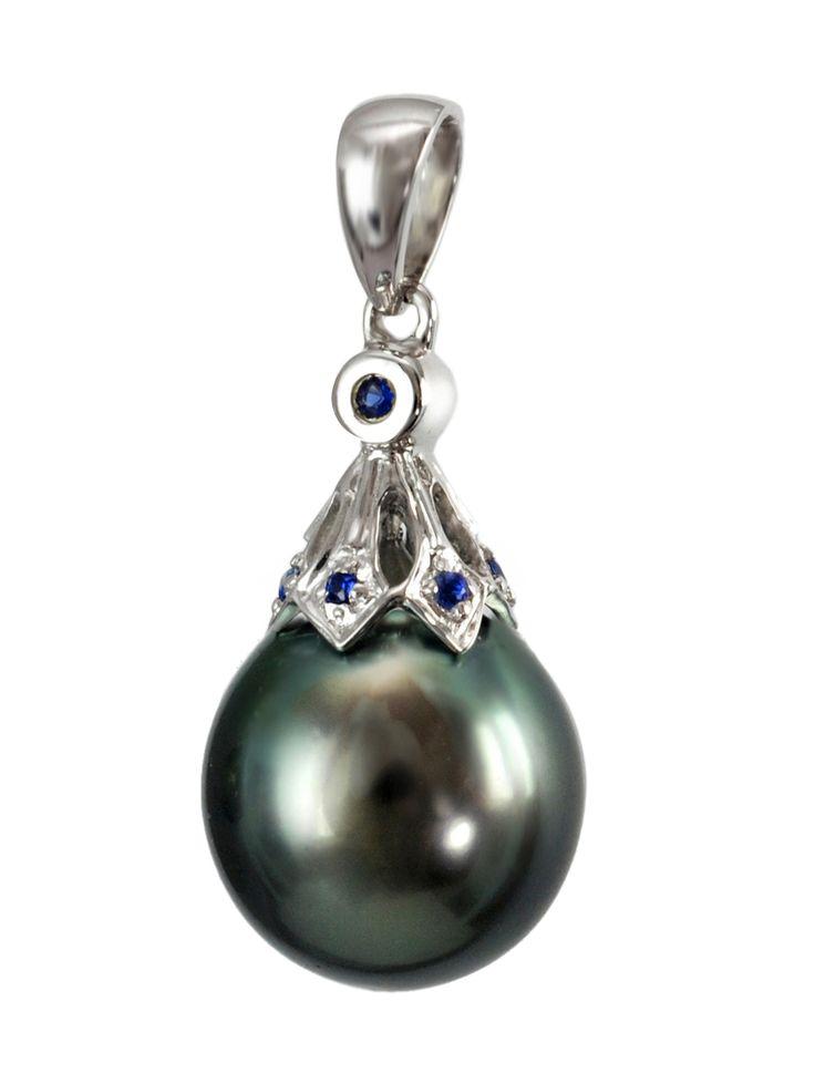Przepiękna zawieszka z perłą Tahiti w oprawie z białego złota i szafirami. Przepiękne uzupełnienie biżuteryjnej kolekcji każdej miłośniczki pereł. #zawieszka #pendant #perły #pearls #perlas  #cute #instafashion #perfect #adorable #luksusowezakupy