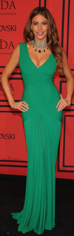 Who made  Sofía Vergara's green gown and emerald jewelry that she wore in New York on June, 3, 2013?
