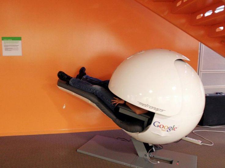 Nel quartier generale californiano di Google si può fare un pisolino all'interno di una capsula che blocca completamente la luce e i suoni (Reuters) #architecture #office #design furniture #futurism #creative