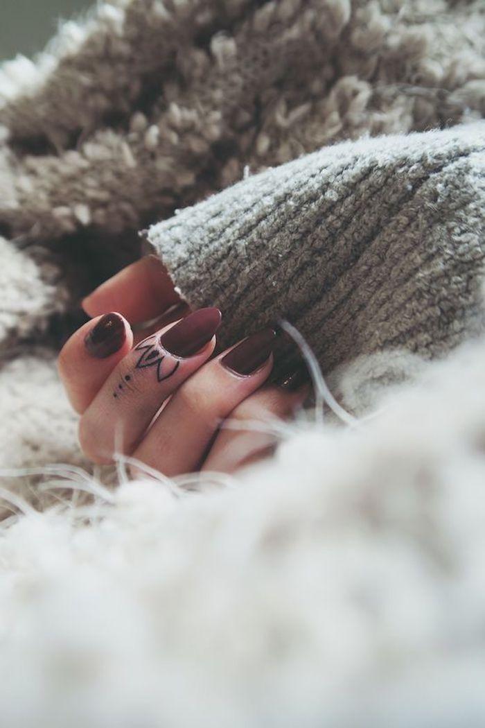 Fingertattoos für Frauen, Blüte vor dem Nagel, dunkelroter Nagellack, grau … #blute #dunkelroter #fingertattoos #frauen #nagel #nagellack