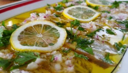 """""""Sardine marinate al limone""""  is een typisch Zuid-Italiaans voorgerechtje. Gemarineerde sardien of ansjovis wordt in Zuid-Italië gegeten als voorgerecht of als bijgerecht bij het diner. Bij dit gerecht wordt ook een stukje brood gebruikt voor het dippen van de citroen/olie saus."""