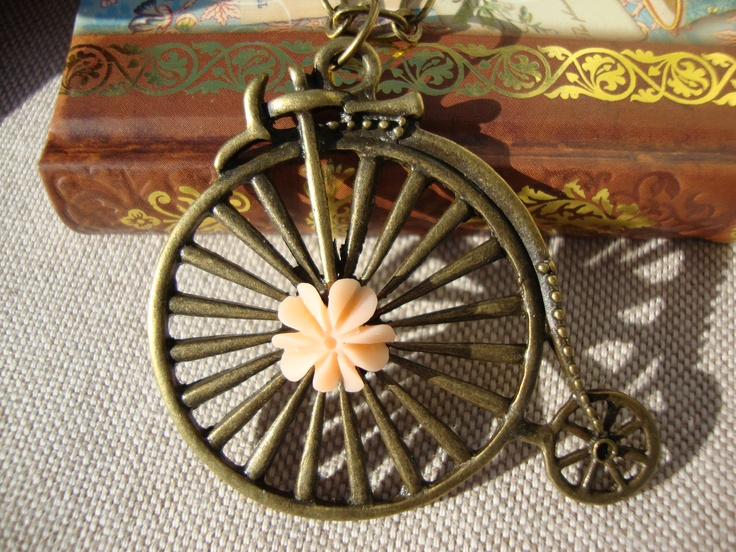 Collar vintage inspirado en una bicicleta antigua.