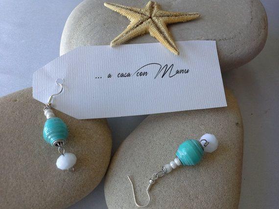 Orecchini celesti e bianchi con perle di carta  di Acasaconmanu