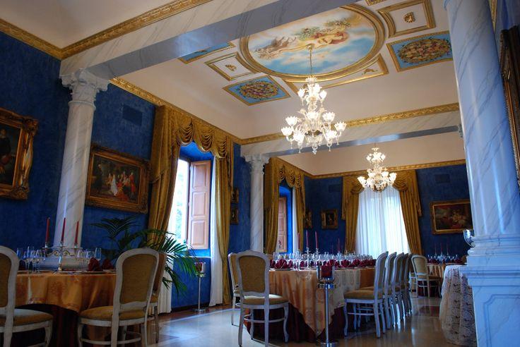 il grande salone Dimora Sovrana ricevimenti, finemente affrescato nei toni dell'oro e dell'azzurro