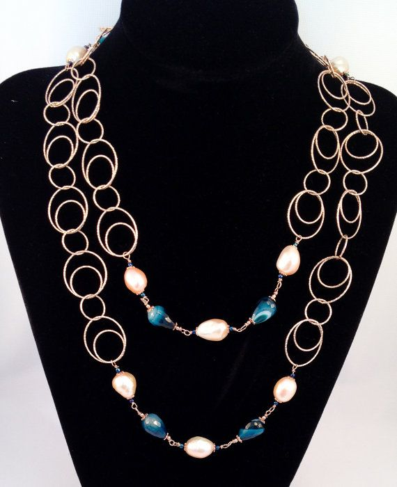 Elegant necklace in 925 sterling silver plated in rose gold with freshwater pearls in a beautiful pink tone, and drops in variegated blue