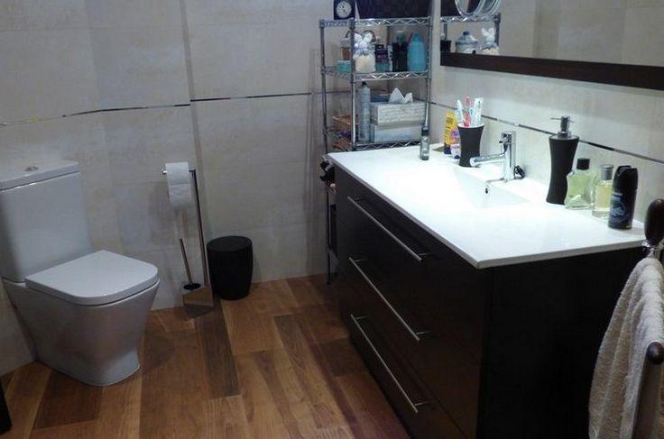 Reforma integral de baño, pavimento porcelánico imitación madera de Grupo Porcelanosa.