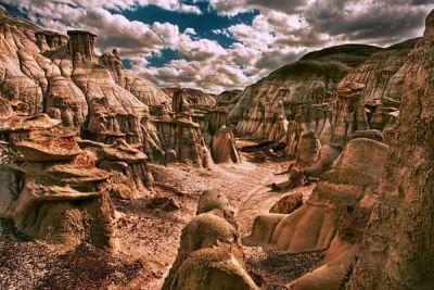 Grădina de roci cu forme stranii de la Bisti Badlands http://www.antenasatelor.ro/curiozit%C4%83%C5%A3i/natura/8909-gradina-de-roci-cu-forme-stranii-de-la-bisti-badlands.html