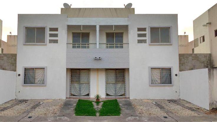 Se vende amplia y moderna casa, ubicada en Paraíso Cancún, al SUR de la ciudad de Cancún. ¡Próximamente abrirán una Plaza Las Américas a tan sólo una cuadra de la propiedad, por lo que es una excelente inversión.   #PlantaAlta: 2 amplias recámaras | 2 baños completos | Vestidor en recámara principal   #PlantaBaja: 1 recámara | Cocina | Sala | Comedor | Patio trasero | Jardín   #PrecioAvalúo: $950,000  #PrecioVENTA: $785,000   Compra tu casa con crédito: #Infonavit | #Fovissste | #Hipotecario…