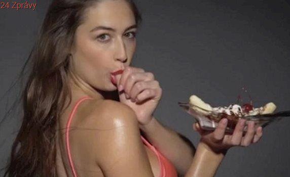 Nezdravé jídlo může být sexy, říká režisér a točí modelky, jak se cpou