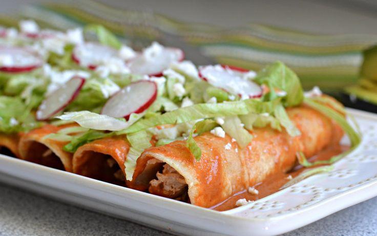 Estas enchiladas en salsa de chile roja son muy cremosas y tienen un sabor exquisito. Sera la ultima receta que tienes que buscar cuando la pruebes.