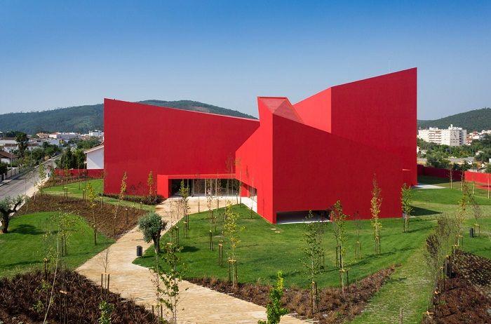 Casa das Artes de Miranda do Corvo - Un bello ejemplo de Volumetria arquitectonica. Inteligente uso del color para contrastar con el entorno natural.