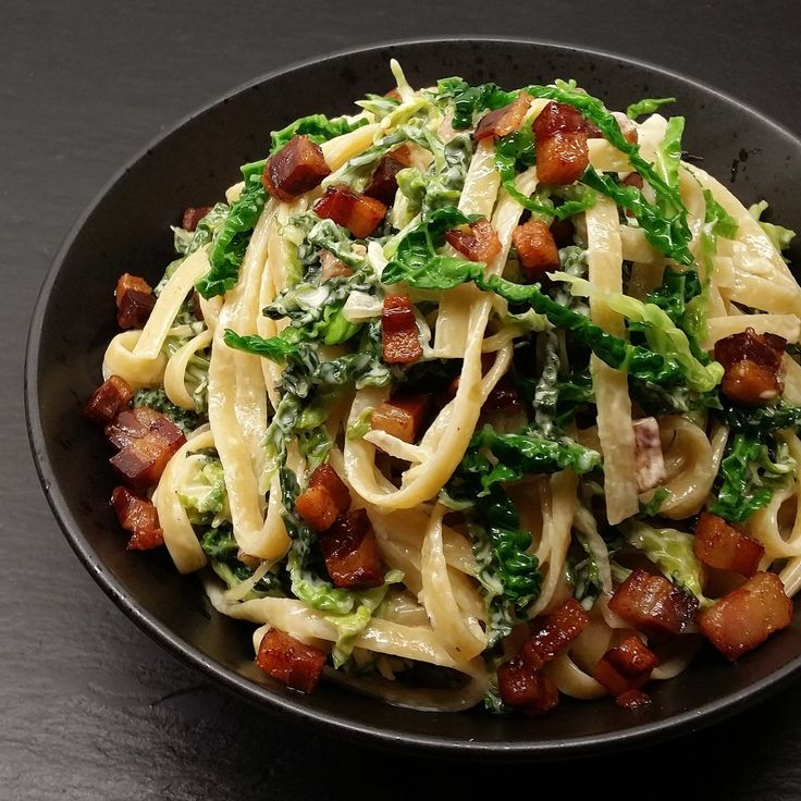 Her får du et simpelt og lækkert måltid, med masser af grønt, på ca 15 minutter:      Masser af kål, knas fra bacon og mættende fuldkornspa...