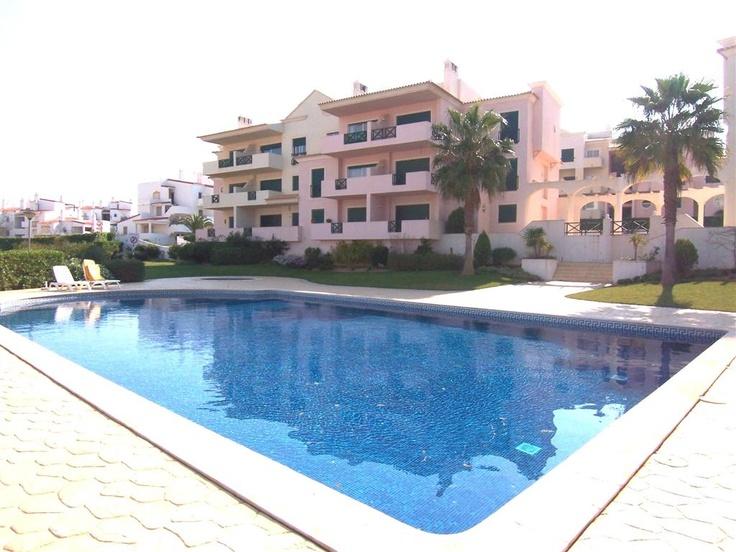 Apartamento  T2 / Albufeira, Olhos de Água - Fantástico T2 inserido num condomínio fechado com amplos espaços de jardim e piscina. Dispõe de lugar de garagem, parqueamento exterior e arrecadação.
