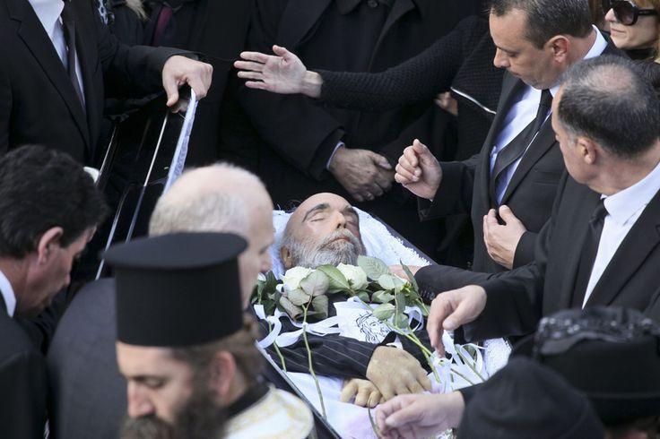Demis Roussos dans son cercueil