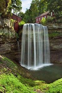 Come fotografare le cascate-velocità d'otturatore 1/8 di secondo per dare alla cascata un aspetto più delicato, con fili d'acqua che cascano dolcemente