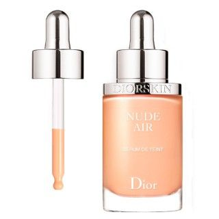 Criada a partir da energia criativa e expertise de Backstage, a pele Dior é uma assinatura única, uma marca de glamour sublime. Cada mulher consegue recriar a pele impecável dos desfiles.  Um precursor na arte da naturalidade, Dior inova sua expertise em maquiagem nude com Diorskin Nude Air: um serum leve, ultra fluido e benéfico como uma brisa de ar fresco, para uma pele uniforme. Assim como um dia ao ar livre, a pele adquire beleza e frescor saudável.   Diorskin Nude Air Serum Dior possui…
