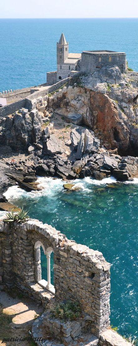 Porto Venere es un municipio situado en la costa de Liguria de Italia en la provincia de La Spezia. Está formado por los tres pueblos de Fezzano, Le Grazie y Porto Venere, y las tres islas de Palmaria, Tino y Tinetto.
