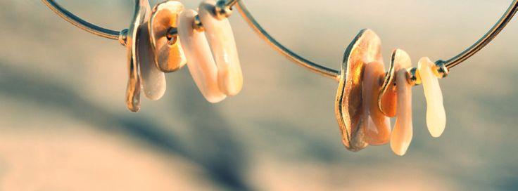 Ces créoles teintées or sont créées avec des coquillages ramassés sur les dunes des Landes (Hossegor, Seignosse, Capbreton), des breloques en forme de cercle percé et des perles fines dorées.  Leur longueur est de 5,5 cm.  Chic et précieuses, elles sont à porter en journée ou en soirée elles se marient avec tous les styles.  Elles sont personnalisables comme toutes mes créations, au choix : Fantaisie Chic : Argent Sphynx (gris noir) OU Or 18 ou 24 carats Plaqué Or Argent 925  0782902826