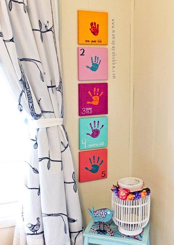 Para decorar o quarto do seu filho(a), compre pequenos quadrinhos e, a cada ano de vida, passe a mãozinha dele em tinta não-tóxica, marcando assim o crescimento da criança de uma forma criativa e personalizada. #diy #kids #decoração