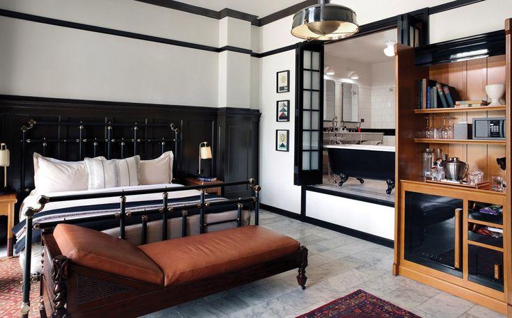 <h3>Чикаго Атлетик Ассосиэйшн (чикаго, США)</h3> <br /> Изначально построенный в 1890-ых годах в качестве атлетического клуба, Чикаго Атлетик Ассосиэйшн был перестроен под отель, который открыл свои двери для посетителей в 2015 году. Оставшись верным корням клуба, дизайнерский  дуэт Roman & Williams создал номер, полный мужских деталей: здесь можно увидеть кожаные диваны, черно-белые акценты и светильники из стали. А как вам мраморный пол? Просто мечта, не правда ли?