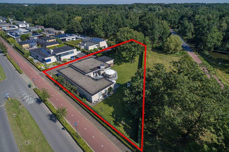 Eindhoven, Zandoever 3 - Op één van de allermooiste locaties in Meerhoven aan de kanaaloever, op enkele autominuten van de Internationale School gelegen, energiezuinige A++, hoogwaardig en luxe afgewerkte, vrijstaande bungalow met dubbele inpandige garage op riant perceel van 1429 m² en totale woonoppervlakte van maar liefst circa 300 m²!