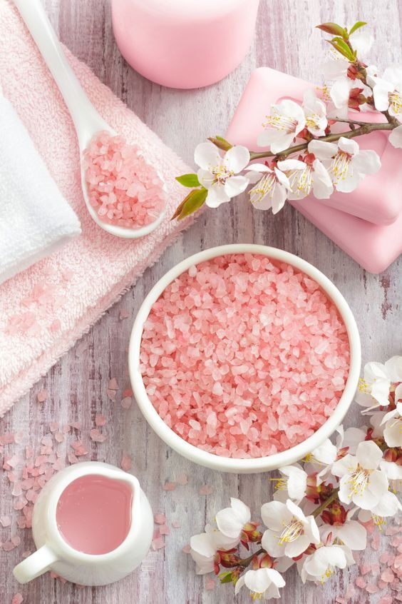 Table salt vs. pink Himalayan salt //  Himalayan salt is said to be the purest salt on the earth, but what does that mean? www.skinnymetea.com.au