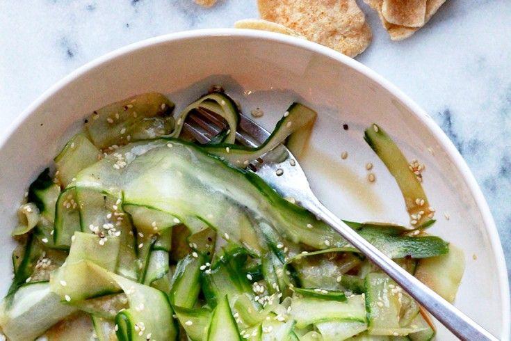 Een supersnelle Aziatische komkommersalade, ideaal als bijgerecht bij een spicy hoofdgerecht, of als frisse lunch of afternoon snack. Rooster de sesamzaadjes kort in een droge hete koekenpan tot ze heel lichtbruin zijn. Schil lange linten van de komkommer met een dunschiller of kaasschaaf en doe deze in een kom. Besprenkel met citroensap, olijfolie, sesamolie en sojasaus en hussel goed …