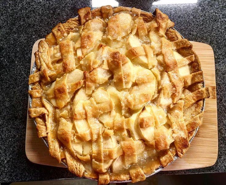 Post-Apple Picking dessert made by me!  . #succesful#firsttime#applepie#pie#사과파이#먹스타그램#delicious#dessert#homecook#꿀맛#데일리#일상