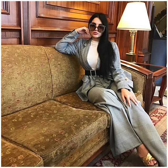 Hello  #ootd #outfitoftheday #womenswear #styleblogger #stylegram #oversizedsunglasses #sunnies #classic #suit #ootdmagazine #hotel #clossfashion