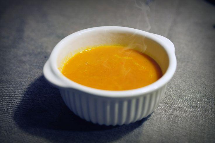 Pittige wortelsoep met gember is makkelijk te bereiden, snel klaar, en heerlijk voedzaam. Een recept voor wortelsoep kom je niet zo vaak tegen, maar wortelsoep maken is leuk!