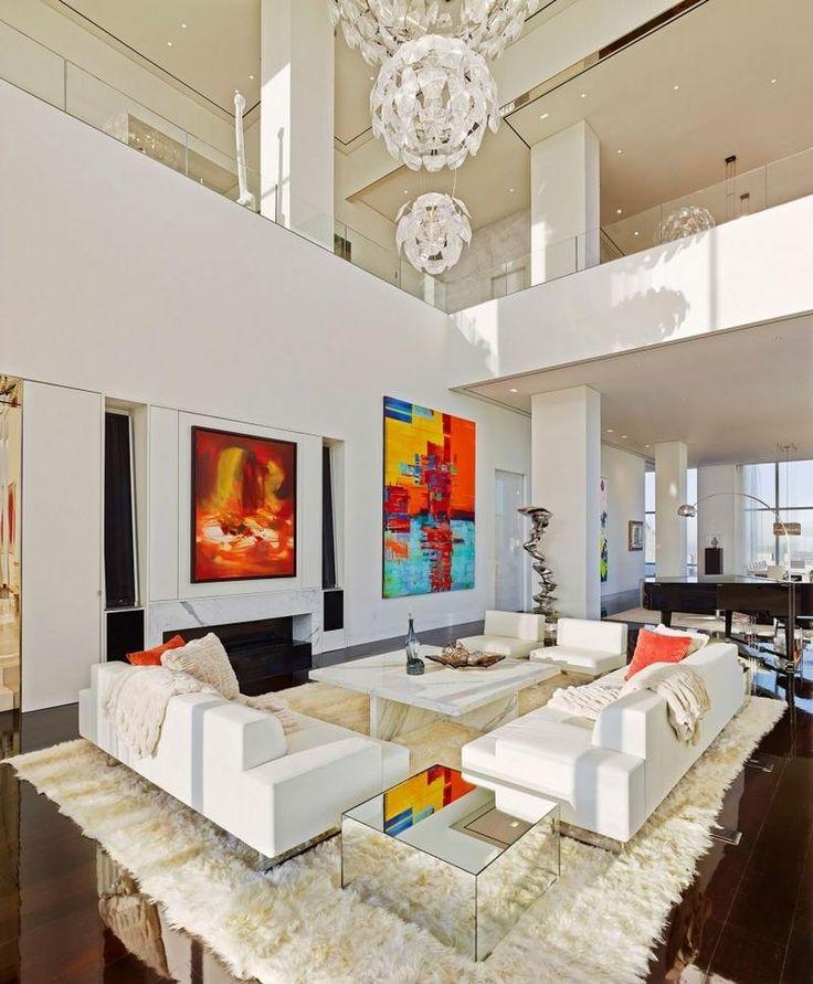 tableaux abstraits chaleureux, sculptures et lustres cristaux dans le salon
